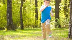 El niño pequeño corre el parque almacen de metraje de vídeo