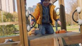 El niño pequeño de Cuacasian se arrastra en la atracción La cámara circunda al muchacho almacen de video