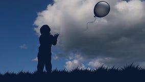 El niño pequeño deja el globo ir al cielo silueta inmóvil de un muchacho con un globo contra la perspectiva de almacen de video