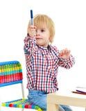 El niño pequeño dibuja rotuladores Imagen de archivo libre de regalías
