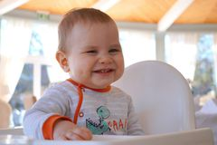 El niño pequeño divertido y feliz está riendo muy lindo imagen de archivo