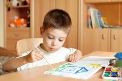 El niño pequeño drena Imágenes de archivo libres de regalías