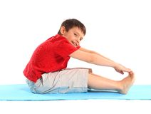 El niño pequeño ejercita. foto de archivo libre de regalías