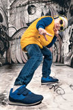 El niño pequeño en el estilo del hip-hop Moda del ` s de los niños Casquillo y chaqueta El golpeador joven Pintada en las paredes Fotos de archivo libres de regalías