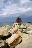 El niño pequeño en la costa del Mar Negro Foto de archivo libre de regalías