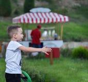 El niño pequeño en el parque fotos de archivo