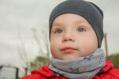 El niño pequeño es las emociones felices, brillantes, paseos en el parque Fotos de archivo libres de regalías
