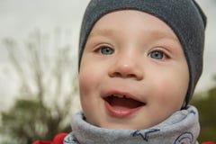 El niño pequeño es las emociones felices, brillantes, paseos en el parque Foto de archivo libre de regalías