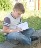 El niño pequeño escribe imágenes de archivo libres de regalías