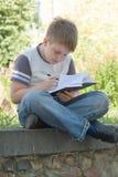 El niño pequeño escribe imagenes de archivo