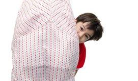 El niño pequeño está ocultando a su madre Fotografía de archivo libre de regalías
