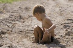 El niño pequeño ha contorneado alrededor de sí mismo un círculo Fotos de archivo libres de regalías