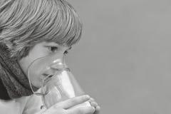 El niño pequeño hace la inhalación en casa, llevando la medicación los tubos bronquiales tubo Fotos de archivo