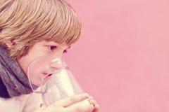 El niño pequeño hace la inhalación en casa, llevando la medicación los tubos bronquiales tubo Imagen de archivo libre de regalías