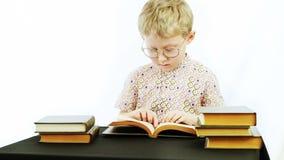 El niño pequeño lee los libros metrajes