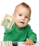 El niño pequeño lindo está contando el dinero Fotos de archivo