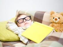 El niño pequeño lindo está durmiendo imagen de archivo