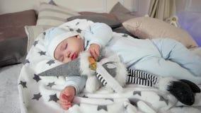 El niño pequeño lindo que duerme dulce, bebé que duerme pacífico, el niño mira sueños en una atmósfera acogedora almacen de video