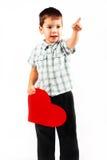 El niño pequeño lleva a cabo un corazón rojo grande Fotos de archivo libres de regalías