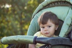 El niño pequeño mira la mirada cuidadosa de los ojos marrones imágenes de archivo libres de regalías
