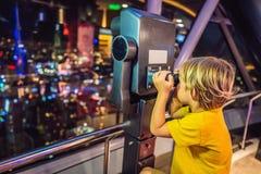 El niño pequeño mira el paisaje urbano de Kuala Lumpur Vista panorámica de la tarde del horizonte de la ciudad de Kuala Lumpur en fotos de archivo