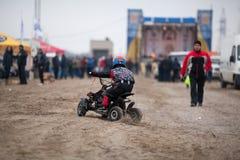 El niño pequeño monta su patio de ATV Imagen de archivo libre de regalías