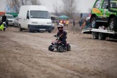 El niño pequeño monta su patio de ATV Imagen de archivo