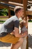 El niño pequeño necesita la ayuda del padre Foto de archivo libre de regalías