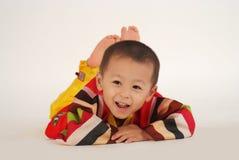 El niño pequeño se está divirtiendo Imagenes de archivo