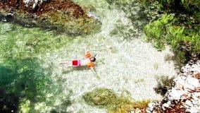 El niño pequeño snuckering en el mar adriático caliente agita metrajes