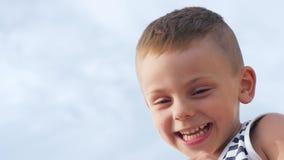 El niño pequeño sonriente en marinero raya el top sin mangas metrajes