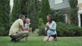 El niño pequeño sopla burbujas de jabón almacen de video