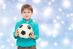 El niño pequeño sostiene el balón de fútbol Imágenes de archivo libres de regalías
