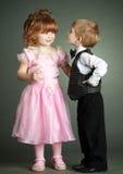 El niño pequeño y la muchacha Imágenes de archivo libres de regalías