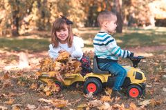 El niño pequeño y una muchacha están jugando afuera fotos de archivo libres de regalías