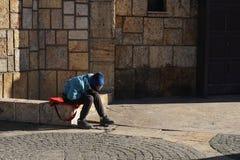 El niño pobre inidentificable se sienta solamente, triste y desesperado Fotografía de archivo libre de regalías