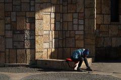 El niño pobre inidentificable se sienta solamente, triste y desesperado Foto de archivo libre de regalías