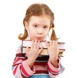 El niño preescolar ofendido sostiene los libros de textos Imagen de archivo libre de regalías