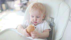 El niño primero come el pan almacen de metraje de vídeo