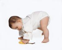 El niño que aprendía caminar aisló en el fondo blanco Foto de archivo libre de regalías