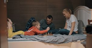 El niño que fija sus propias reglas durante ajedrez juega con la mamá almacen de metraje de vídeo