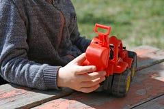 El niño que juega con la máquina Imagen de archivo libre de regalías