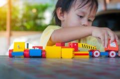 El niño que juega los juguetes, niño feliz que juega los juguetes, gente y feliz Imagen de archivo libre de regalías