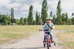El niño que monta una bicicleta Fotografía de archivo