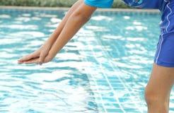 El niño que salta adentro a la piscina Fotos de archivo libres de regalías