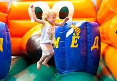 El niño que salta en castillo animoso Imagen de archivo libre de regalías