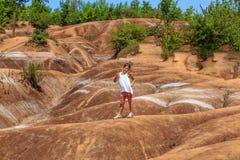 El niño que se coloca en Caledon, badlands de Ontario en soleado advierte día de verano Foto de archivo