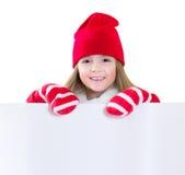 El niño que sonríe en santa viste con la hoja blanca aislada imagen de archivo libre de regalías