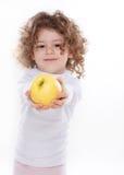 El niño que sostiene la manzana aislada Imagen de archivo libre de regalías