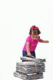 El niño que sostiene una pila de de papel alista para el recycli Imagen de archivo